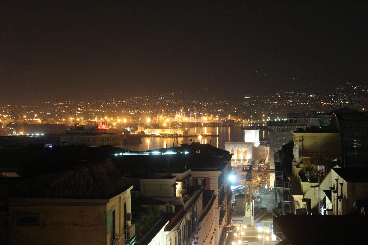 Vista di Napoli di notte