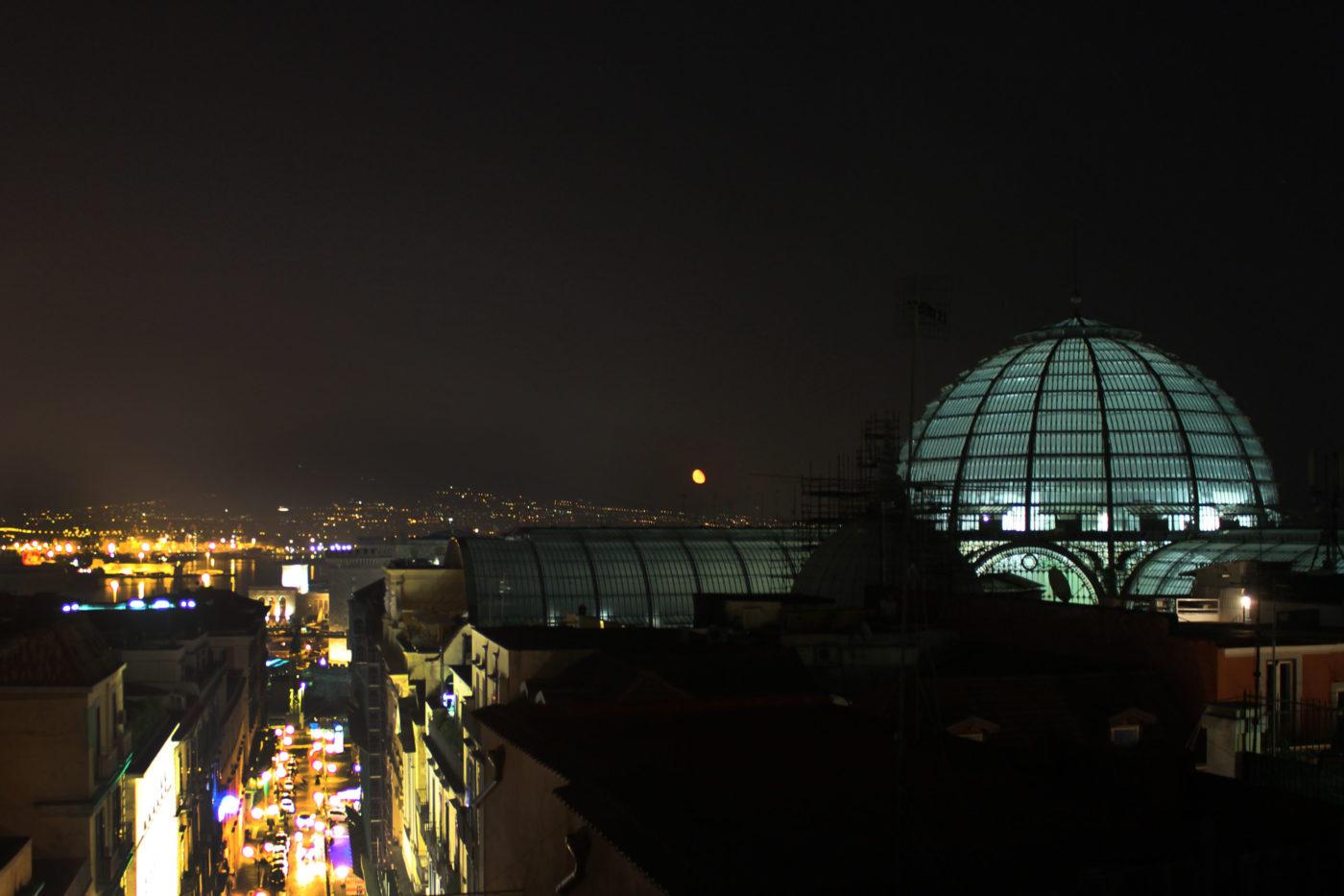 Vista di Napoli di notte con Cupola Galleria Umbero I