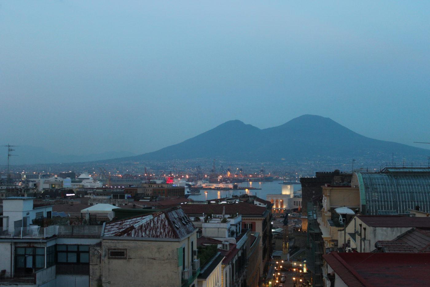 Vista di Napoli con vesuvio sullo sfondo
