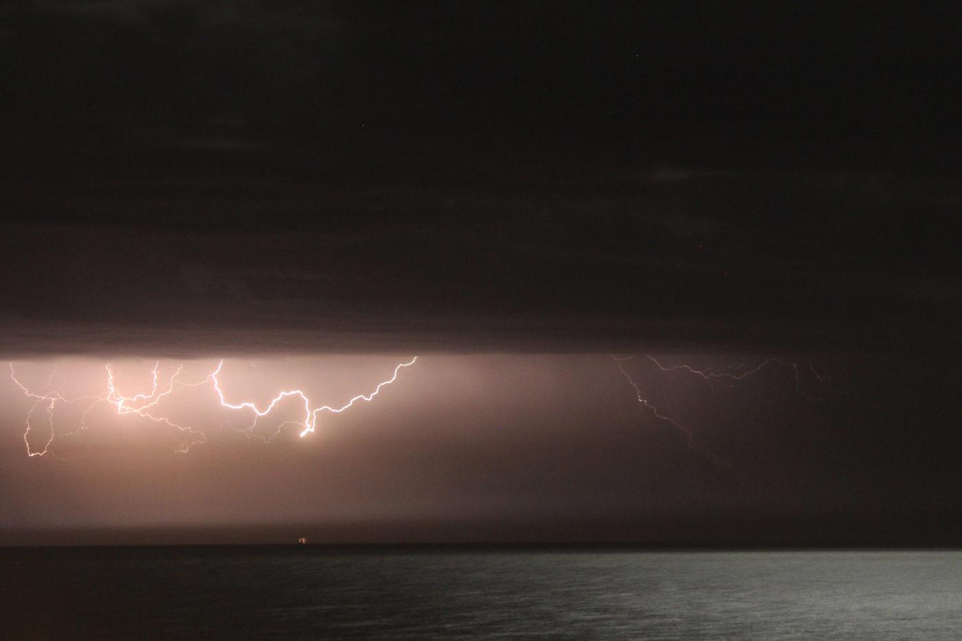 Sperlonga vista sul mare con fulmini