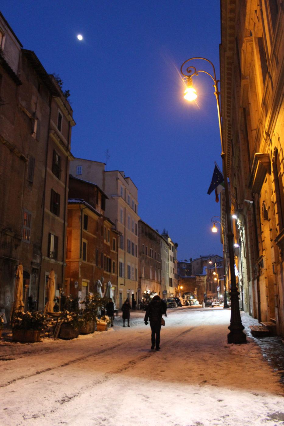 Roma Via Portico d'Ottavia con la neve di notte nel 2012