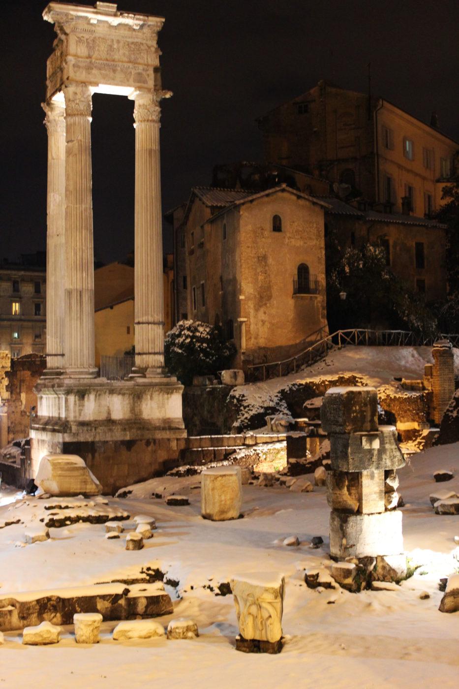 Roma Teatro di Marcello con la neve di notte nel 2012
