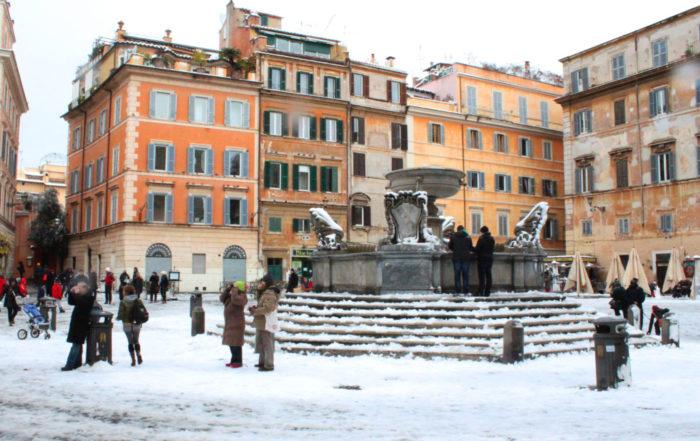 Il centro di Roma Piazza Santa Maria in Trastevere con la neve 2012